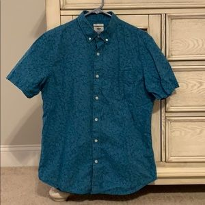 Men's casual slim fit button down shirt.